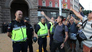 Намаляват полицаи на протестите в София заради бум на Covid-19 сред тях