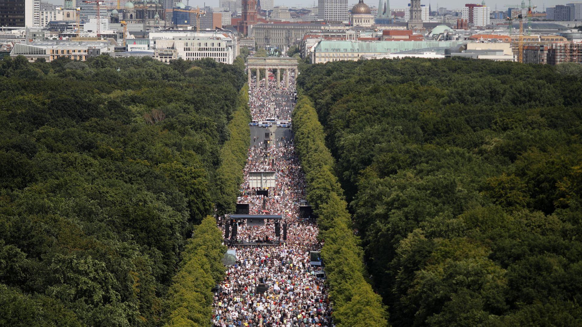 Без маски и социална дистанция: Мощен протест срещу ограниченията в Берлин (снимки)