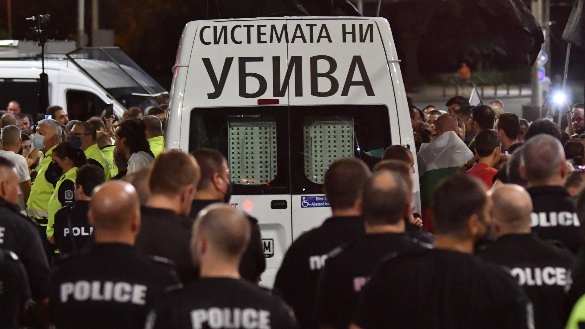 Какво се случи в напрегнатата протестна нощ? МВР показа кадри (видео)