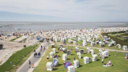 Германците се устремиха към плажовете на Балтийско море напук на страха от COVID