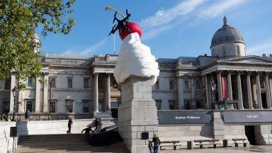 """""""Краят"""": Зловеща скулптура от бита сметана, муха и дрон """"кацна"""" на площад Трафалгар"""