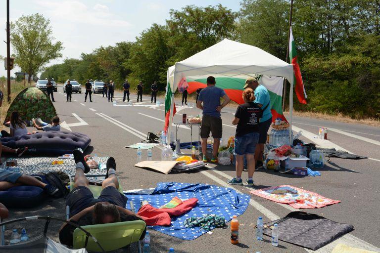 Трети ден пътят Стара Загора- Хасково е блокиран от протестиращи в района на летището край града