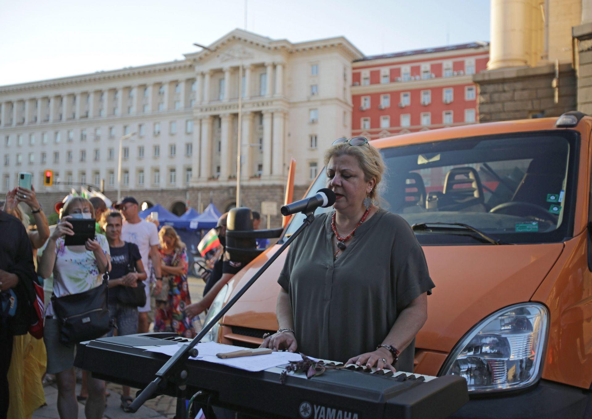 """Композиторката Вида Пиронкова изпълни две песни - """"Гълъбо"""" и """" Ще сложа край"""", с акомпанимент на пиано"""