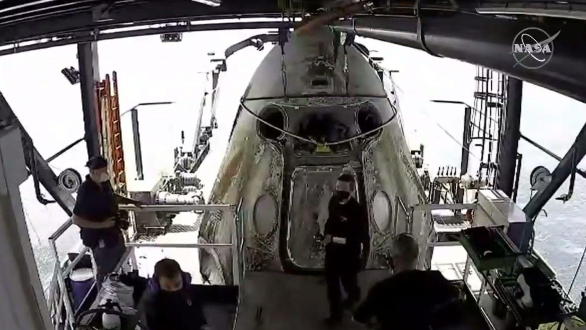 """Астронавтите на НАСА успешно се приводниха с капсулата """"Спейс Екс"""""""