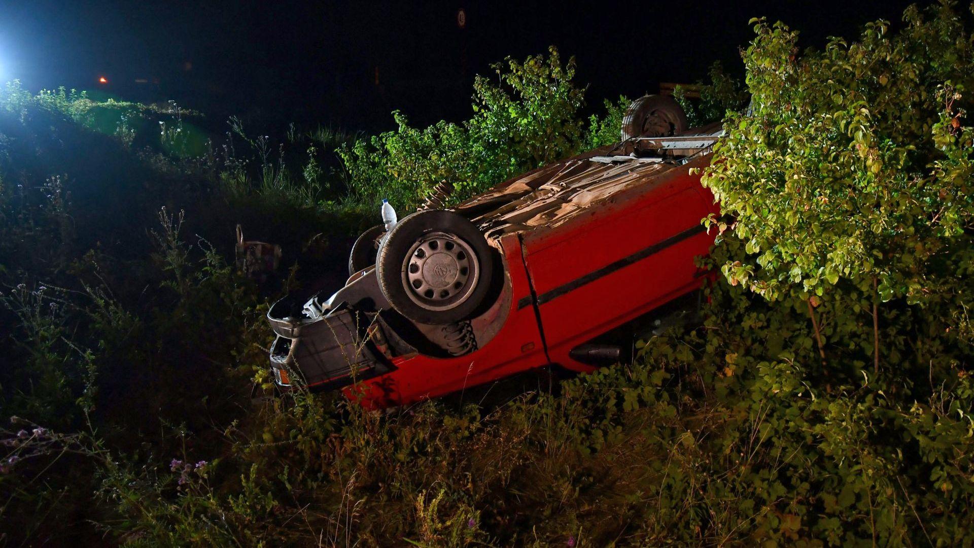 Влак удари и изхвърли от пътя кола в Разградско (снимки)