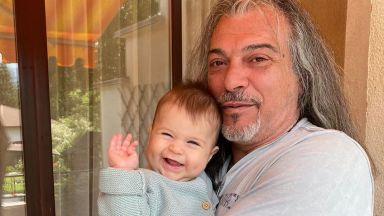 Маги Халваджиян в разтапящ кадър с внучката си