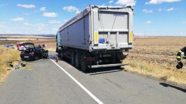 Шофьор загина след челен удар в камион, спътничките му са в болница