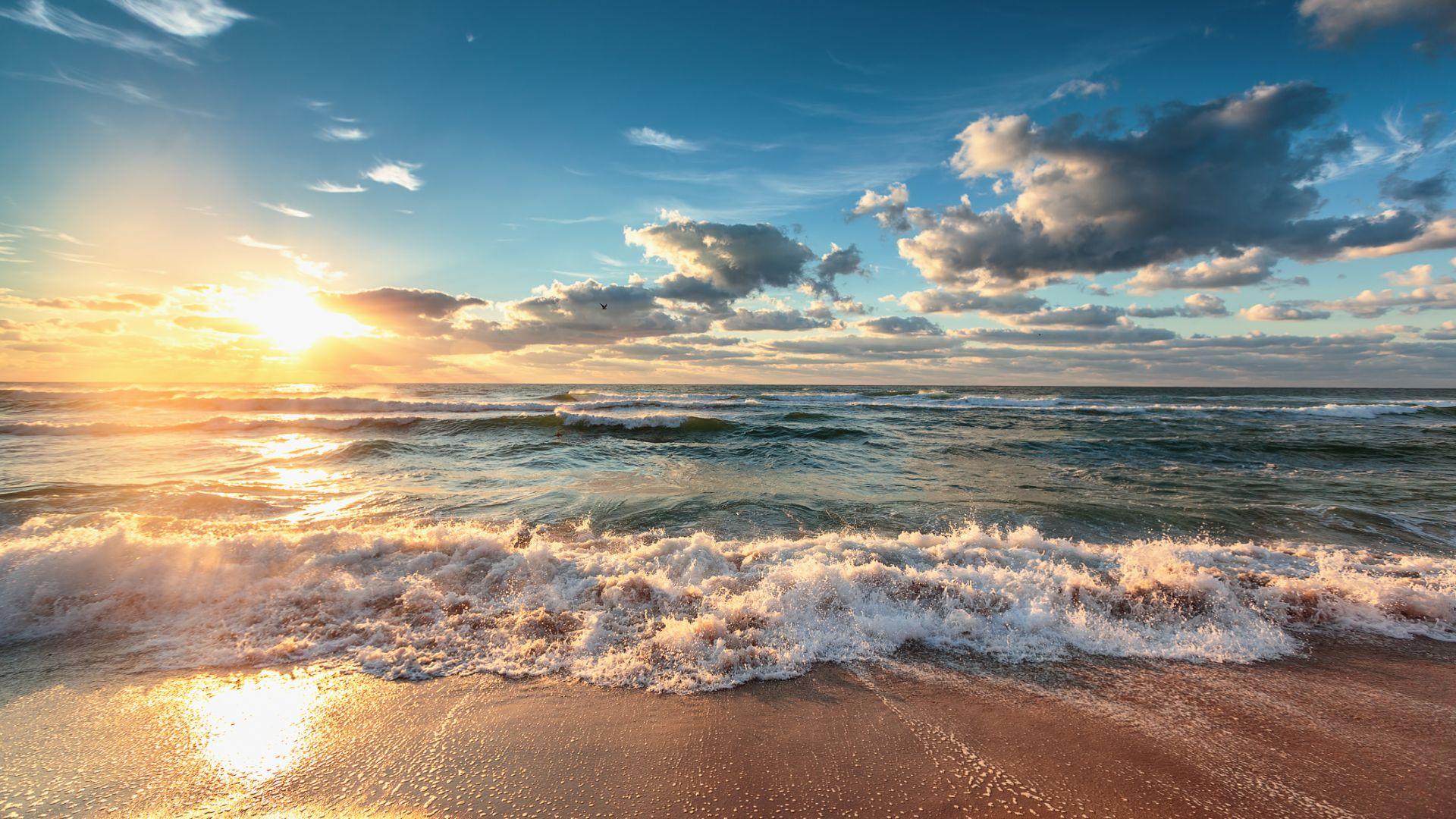 Дъжд и гръмотевици на запад, слънце по морето