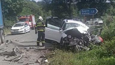 Трима души са в тежко състояние след челен удар между ТИР и лека кола (снимки)