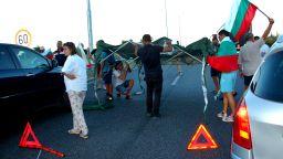 На косъм от стълкновения заради блокади из цялата страна в 37-ия ден на протест