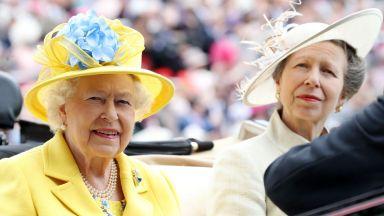 Кралица Елизабет Втора обядва с дъщеря си принцеса Анна за рождения ѝ ден