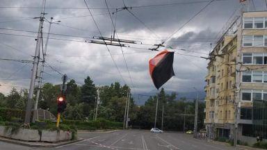 Силният вятър издуха част от палатките на протестиращите майки (снимки)