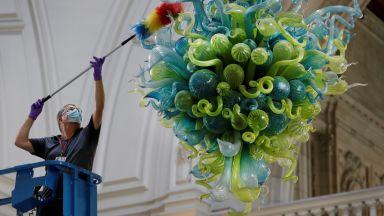 """Изящно изкуство и предпазни маски за лице: Музеят """"Виктория и Албърт"""" се готви да отвори врати"""