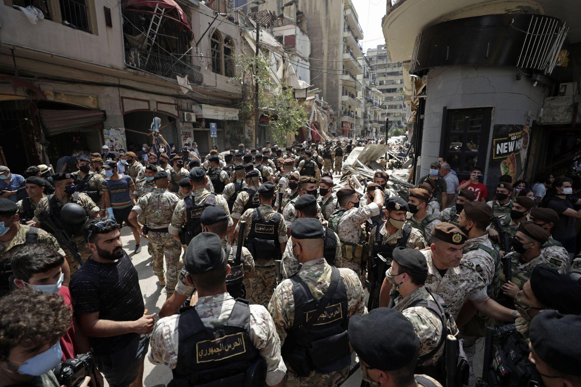 Ливанските войници блокират път и се сражават с гневни жители, тъй като френският президент посещава квартала Джемайзе, който претърпя големи щети от експлозията
