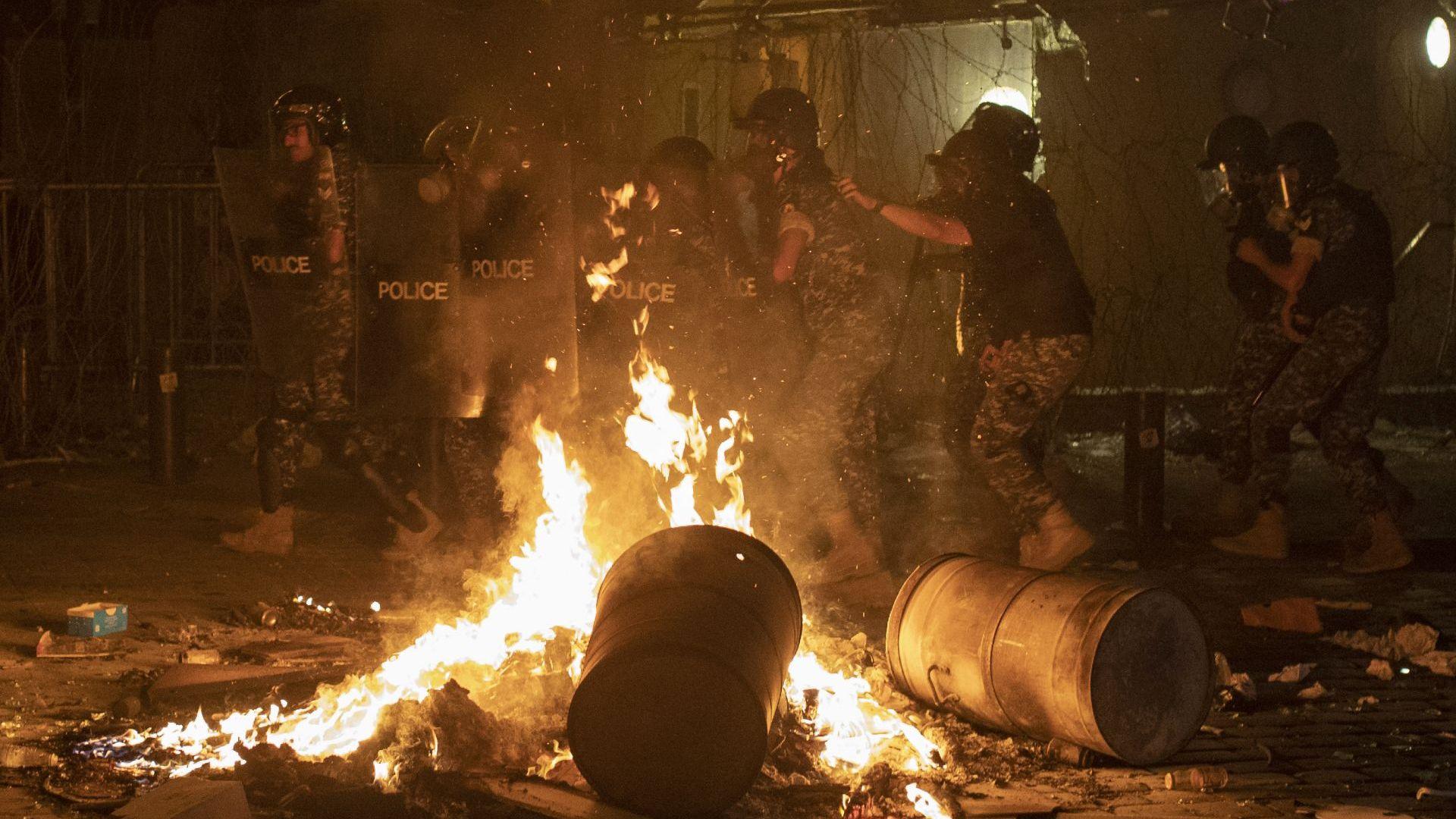 Яростни сблъсъци на антиправителствен протест в Бейрут след взрива (снимки)