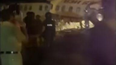 Самолет се разцепи на две в Индия, има загинали (видео)