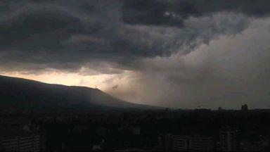 Гръмотевична буря с градушка и силен вятър удари София (видео)