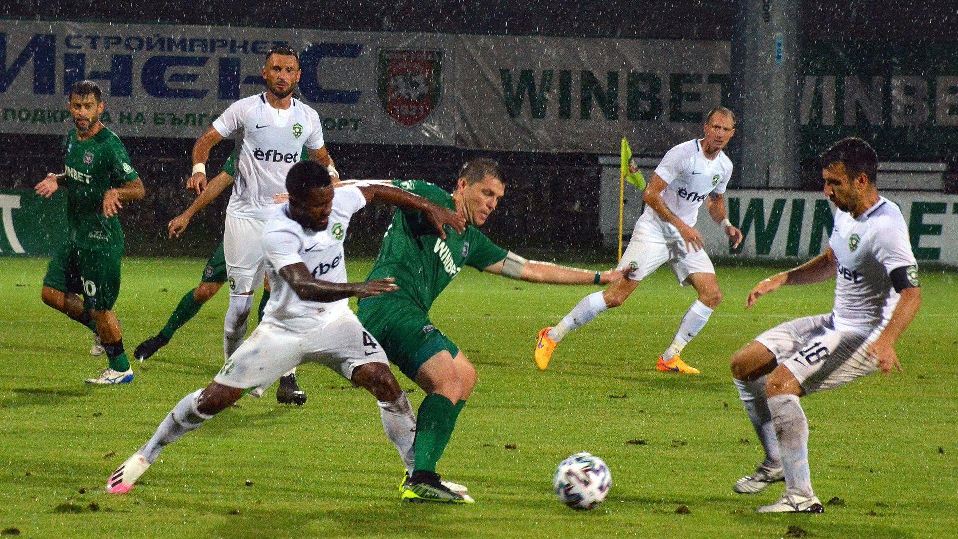 Провал за Лудогорец! Шампионът отнесе три гола под дъжда във Враца