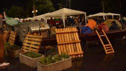 Десетки пазиха барикадите в София под дъжда, но полиция не дойде (снимки)