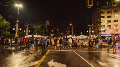 Видеото на МВР за 32-ия ден на протеста: Изграждане на барикади в синхрон с полицията