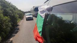 Протестно автошествие тръгна към Калотина, полицията го спря на Сливница (видео)