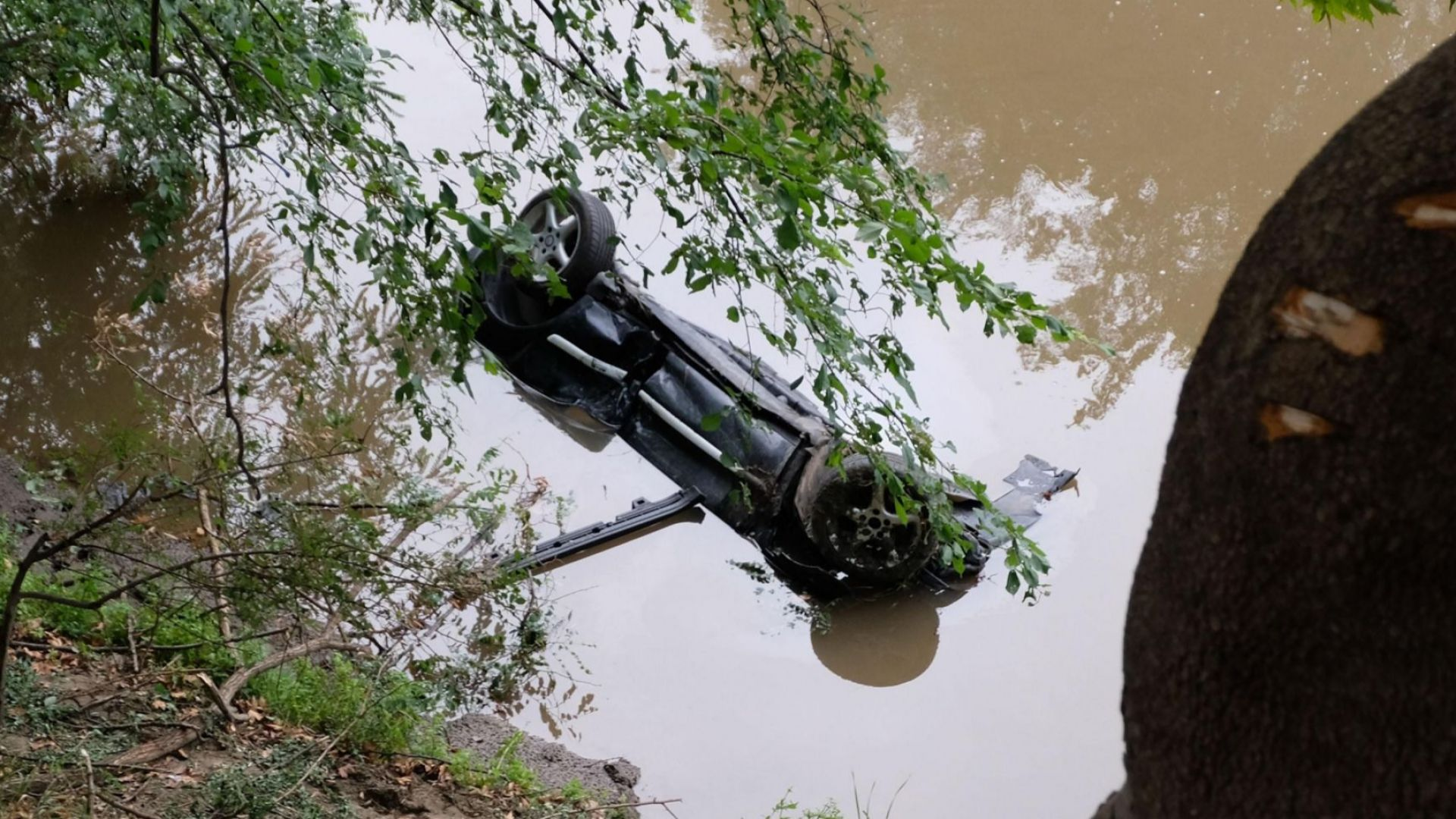 Кола падна в река Струма, шофьорът е загинал