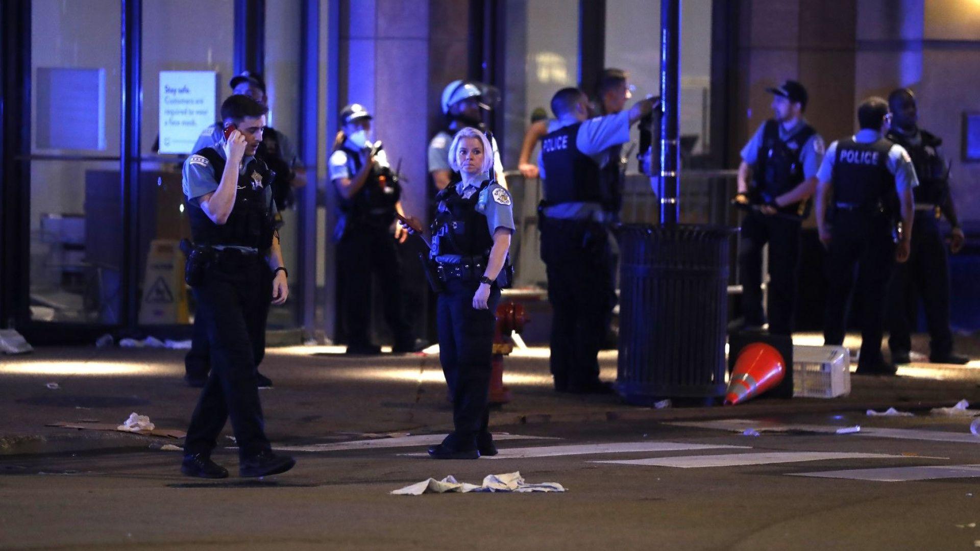 Размирици, плячкосване, стрелба в Чикаго: ранени 13 полицаи, арестувани 100 души