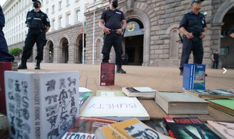 В София пък бяха наредени книги за министрите - да почетат.