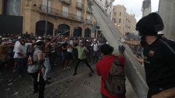 Десетки пострадали при сблъсъци в Бейрут, Ливан може да остане без хляб