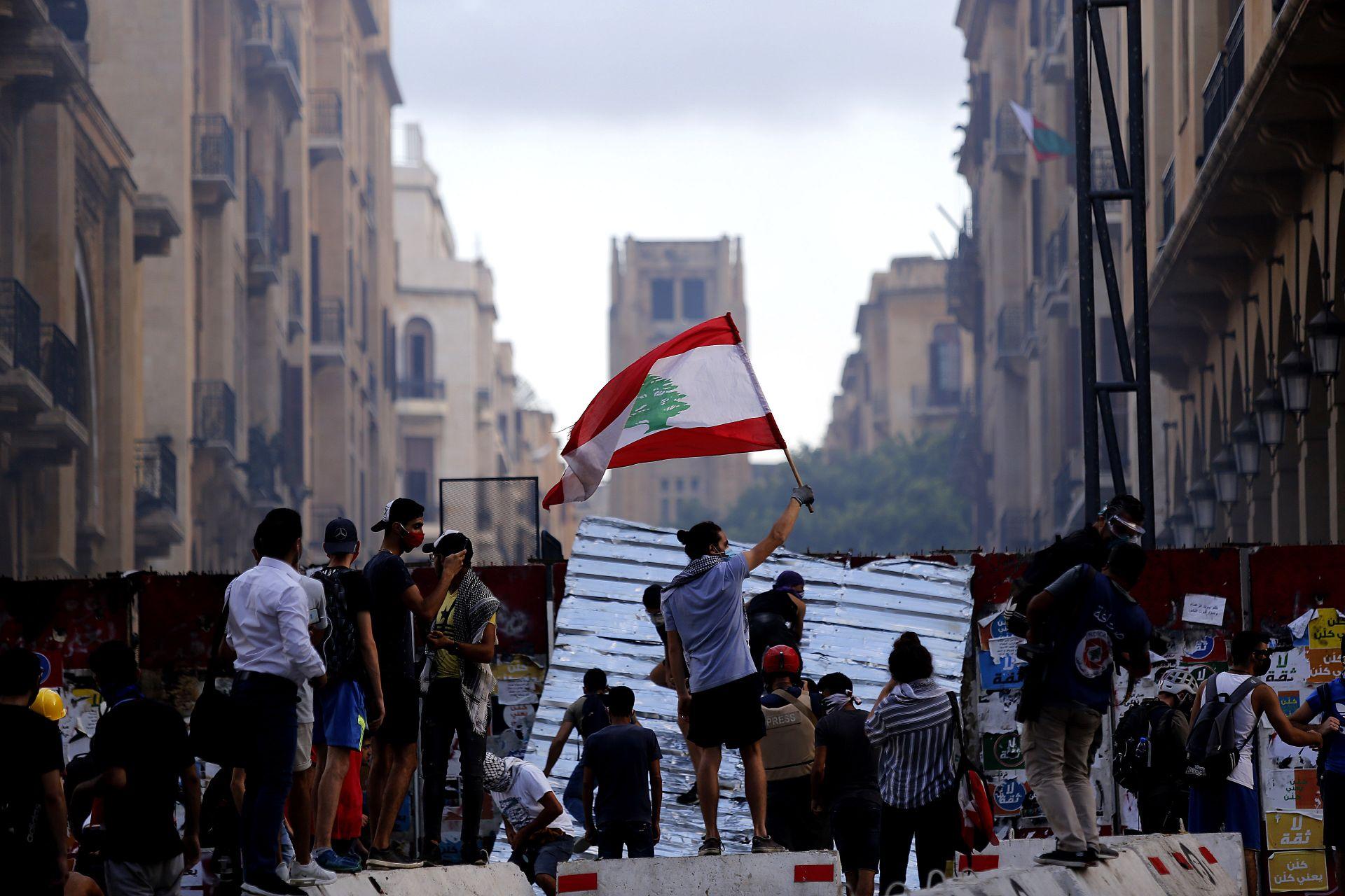 Бурни протести в Ливан, след като валутата се обезцени