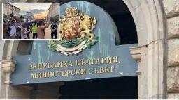 34 ден на протести: Домати и топчета със зелена боя летят към Министерски съвет