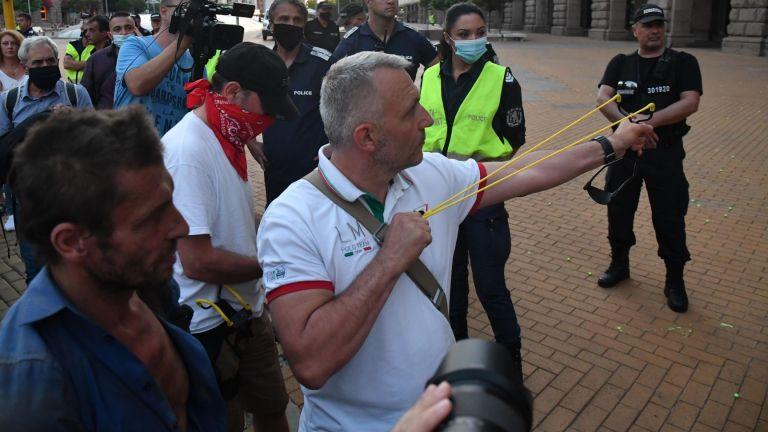 34 ден на протести: Доматена атака и връщане на барикадата на Ректората (снимки)