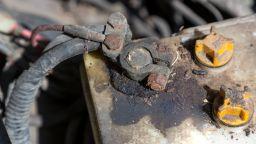 Опасни условия на труд в завод: работа с олово и киселина без предпазни мерки