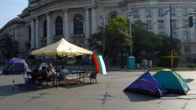 Палатковият лагер при Софийския университет отново е възстановен