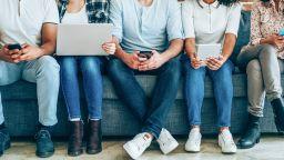 Половината от младите българи живеят с родителите си