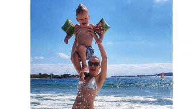 Дария Симеонова в игри с вълни със сина си