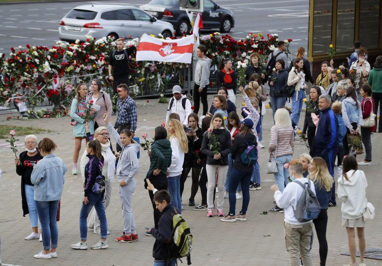 Протестиращи на мястото, където демонстрант загина в Минск