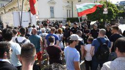 Кордон около парламента и яйчна атака, но извънредно заседание няма да има