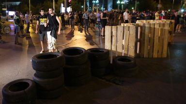 Полицията премахна блокадата на румънското посолство, задържаха мъж с палатка