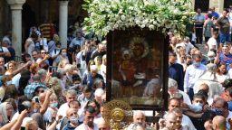 Стотици се поклониха пред чудотворната икона на Пресвета Богородица Троеручица в Троянския манастир