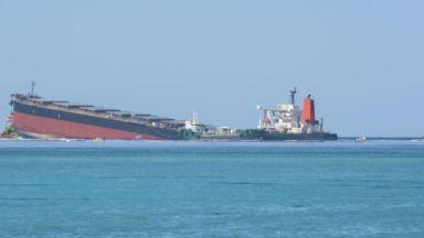 Виновният за екокатастрофата край Мавриций танкер се разцепи на две