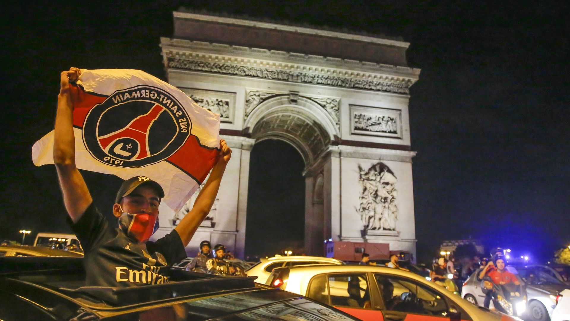 36 ареста при празненствата, а Париж не спа: Толкова сме близо!