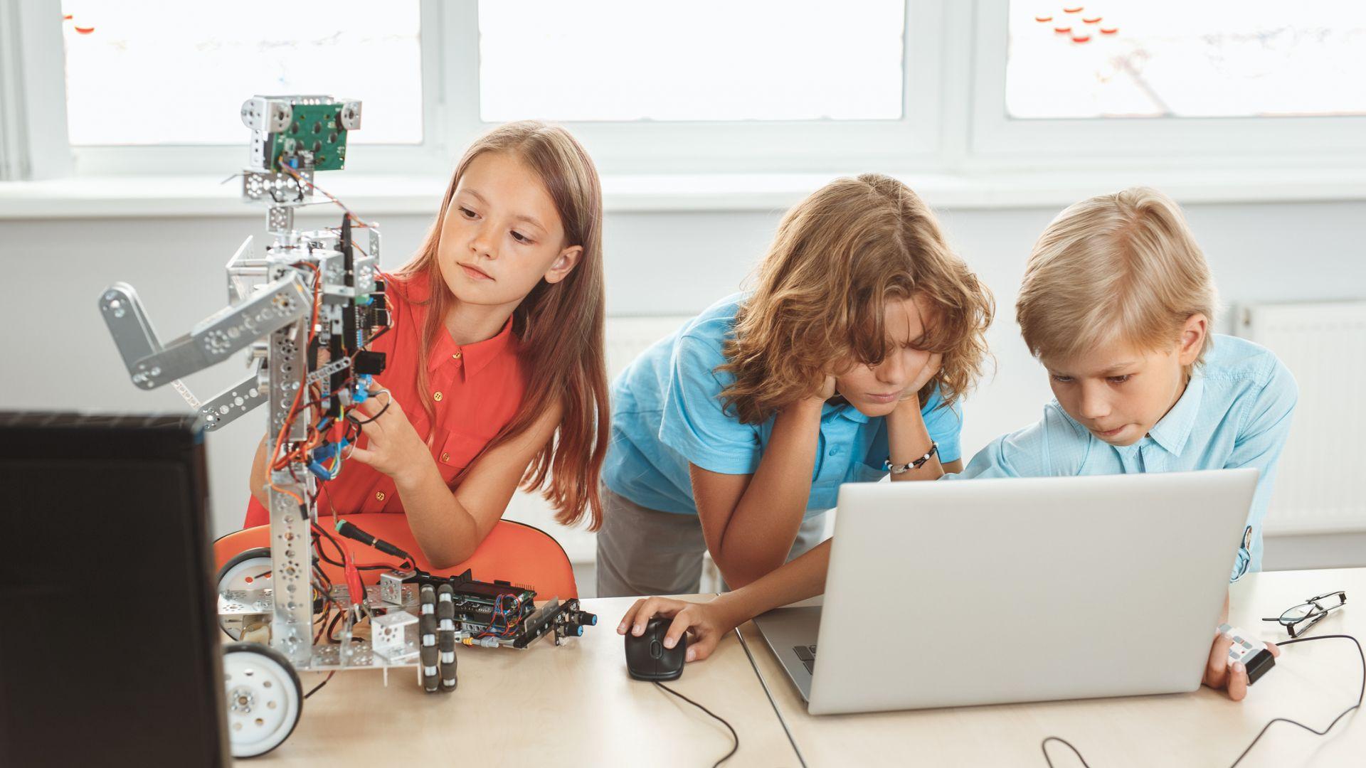 Може да потърсите и запишете детето си на курсове по роботика за подрастващи