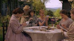"""Трогателната история на сестрите Марч оживява отново в ново издание на """"Малки жени"""" (откъс)"""