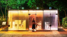 Най-новата атракция на Токио: прозрачни обществени тоалетни