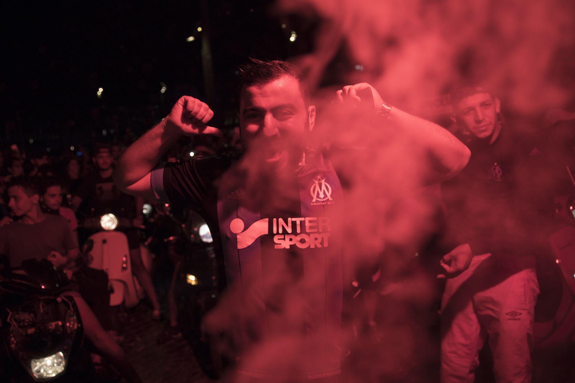 Феновете празнуват загубата на ПСЖ в Марсилия