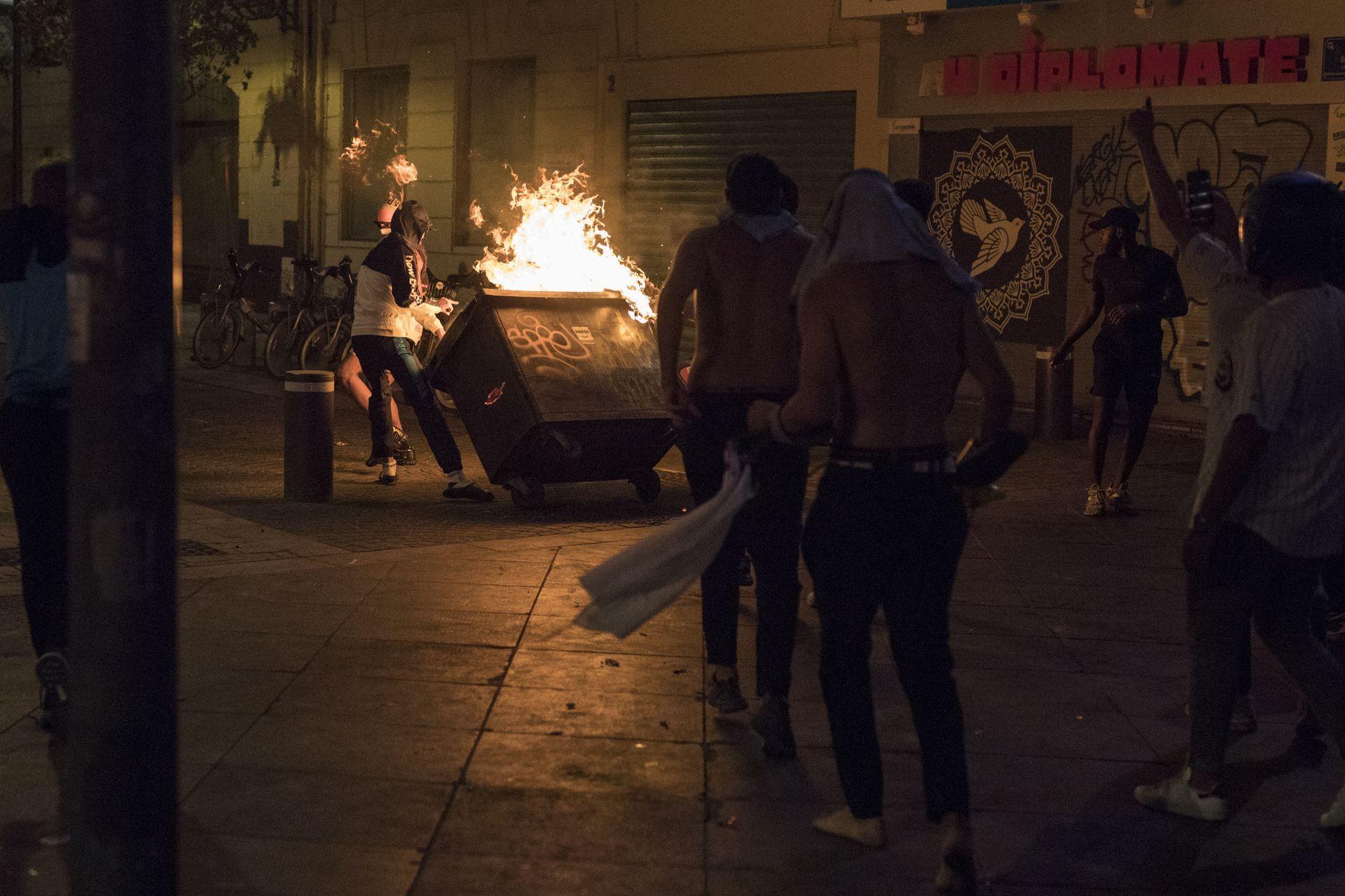 Тежка нощ на сблъсъци, палежи и арести в Париж след поражението