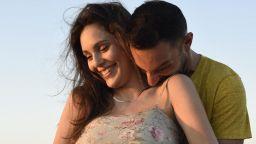 """Звездата от """"Съни бийч"""" Евелин Костова бременна и щастлива край сините вълни"""