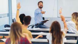 Учителите искат децата в клас, не приемат и хибридния формат