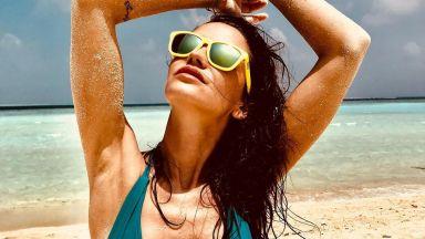 Диляна Попова с нови жарки кадри от морския бряг